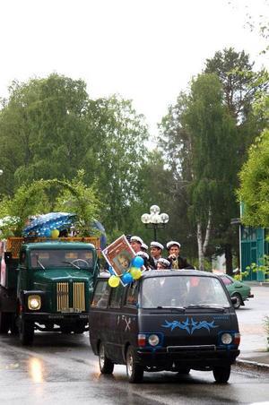Eleverna på fordonsprogrammet hade fixat motorn på en minibuss och lackerat den svart till studenten.