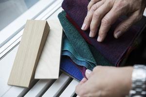 Ljusa träslag och färger som går i grönt och vinrött är hetast i höst.