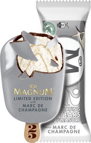"""Magnum Marc de Champagne. GB. Champagneglass med champagnesås och silverfärgat chokladöverdrag. 13,5 poäng. """"Chokladen smakar som Kinderägg."""" """"Chokladen är god, men glassen passar nog bäst för vuxna."""" """"Chokladen och glassen funkar faktiskt ihop."""""""