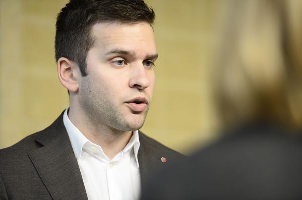 Sjukvårdsminister Gabriel Wikström (S), vill ha klara besked om personalbristen inom vården leder till fler vårdskador. Utredninen ska vara klar om knappt ett år.
