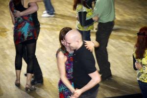 Lena Fagerberg dansade bugg tidigare men trivdes aldrig riktigt med musiken. Med salsan har hon hittat rätt. Här dansar hon med Peder Jacobsson som också är med i Högbo folkdansgille.