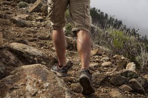 Lederna i bergen är allt från ojämna stigar till stenlagda åsnevägar. Foto: Johan Öberg