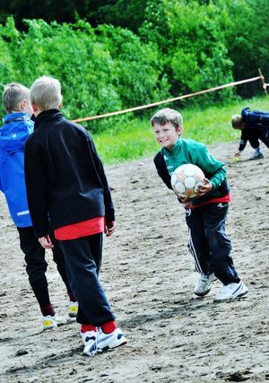 Fotboll. Det är inte bara terränglöpning, kulstötning, längdhopp, 60 meter och stafett som GD/Gif-olympiaderna sysslar med under helgen. Fotboll ägnade många av barnen sig åt mellan grenarna.