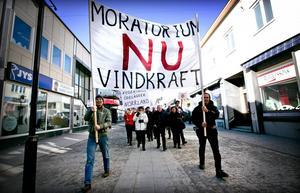 Omedelbart stopp för vindkraften krävdes vid demonstrationståget genom centrala Sollefteå.
