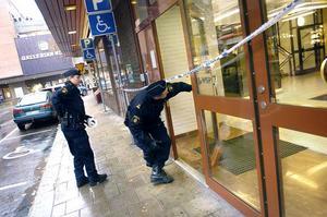Oktober 2005. Polisen undersöker SEB:s entré efter rånet.