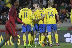 Sveriegs Victor Claesson har slagit in sitt andra mål kvittering 2-2 under landskampen mellan Portugal och Sverige på Estadio do Maritimo på tisdagen.