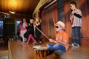 Eleverna i klass 1A tävlade i Talangjakten med trummor, gitarrer, sång och dans.