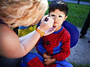 ANSIKTSMÅLNING. Armint Xasraw blir målad som spindelmannen.