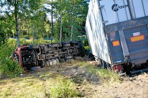 Vid olyckan i Storå hamnade en av de inblandade lastbilarna helt i diket.