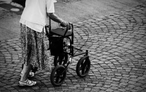 Roland Qvists mamma har den senaste tiden fått hemtjänst, på grund av att hon fått svårare och svårare att klara sig själv.