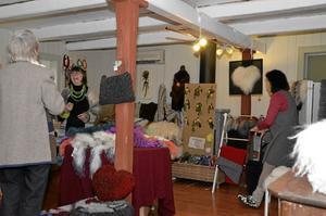 Sonja Thyen och Regina Shoffa har visat och sålt sina ullprodukter i många år. Den 27 november deltar de på marken i Hallsberg.