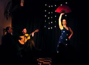 Gitarristem Erik Steen, dansaren Maria Pröckl och cajonspelaren Fredrik Gille tillförde flamenco till Almamias pågående gitarrvecka.