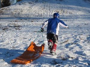 En annan favorit bland barnen var mattracet. Barnen åkte ner från kullen vid skolan och ut på en åker. Gustav Lindsmyr gör ett nytt försök.