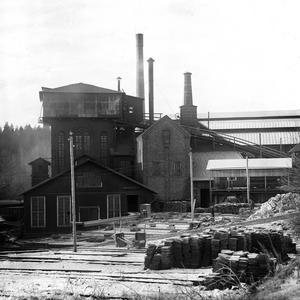 Industri. Hyttan, med tackjärn som lagrats för vidare transport med tåg längs KURJ.