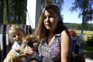 Efterlyser information. Lotta Nordfeldt, här med dottern Gilda, berättar att de verkligen försöker hålla sig informerade om vad som händer. Foto:Karin Rickardsson