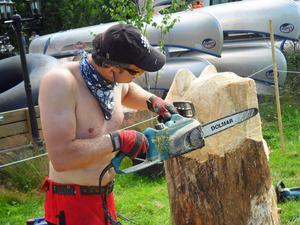Motorsågsskulptören Daniel Sunrise i arbete under Yttermalungsdagen.
