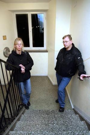 TOG SIG INTE UPP. I dag är det på dagen två månader sedan Karin och Jörgens Åhrmans pappa föll ihop här i trapphuset på väg upp till bostaden i Bomhus. Bara ett dygn efter att hemtjänstpersonalen kallade på ambulans skickades han hem i taxi.Foto: Pernilla Wahlman