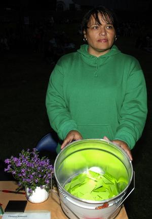 Nyktert lotteri. ungdomsvägledare Isabel Ronsten samlade på nyktra namn i hinken. Foto:Mikaela Larm
