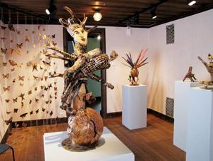 Naturen själv skapade trädets former och Lennart Plahn färdigställde dem till en sagovärld vid sin stuga mitt i skogen. Nu ställs hans konst ut för första gången, på Söderhamns stadsmuseum under sommaren.