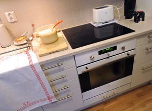 Köket. Notera pannkakssmeten till vänster.