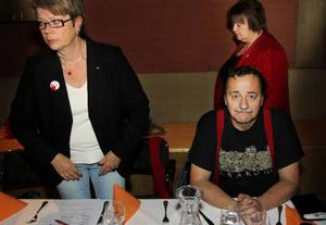 Jens Nilsson ordförande för länets Socialdemokrater är bekymrad över valresultatet. Med på bilden är hustrun Annmarie Sandberg och i bakgrunden syns kommunalrådet AnnSofie Andersson.
