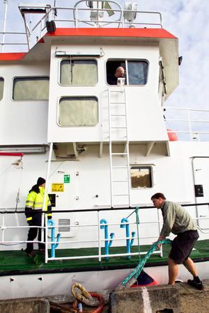 Befälhavare Mårten Hörlin kastar loss från Stugsunds hamn.