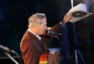 Mannen med den ljusa hatten och de vita cowboystövlarna gav publiken mer än en timme konsert - plus två extranummer.