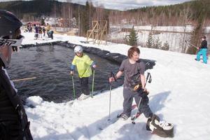 Det ingick inte i tävlingen, men de som ville kunde avsluta sitt åk med att hålla sig flytande på skidorna i poolen, vilket Gustav Wall, Vallsta och Mikael Kax, Iste, försökte sig på.