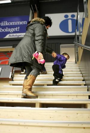 Tilja Wengfelt, 2,5 år och från Lit, slet hårt för att baxa mormor Hjördis Åberg från Lit uppför en av de branta läktartrapporna vid ishockeyns A-hall.