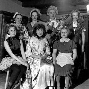 Damer och en herre i samband med en Röda Korset teater i församlingsgården, Kvistbro, 1954.