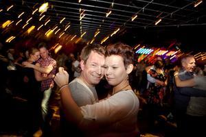 Christer Stockhaus och Sussie Rooth svänger loss på dansgolvet.