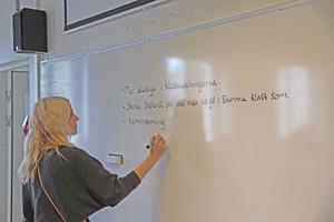 Anna Bergdahl, en av lärararna i årskurs fem, skriver upp viktiga punkter under en improviserad lektion i demokrati under måndagen.