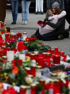 Människor sörjer efter skolmassakern i Tyskland.