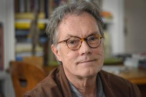 Sven Nordqvist gillar egentligen inte att skriva, men det är han nödd och tvungen till.