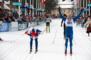 Jörgen Brink går i mål strax före Daniel Tynell efter 90 kilometers skidåkning.
