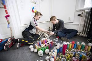 Albin Flinkfeldt och Viktor Wickman byggde en pyramid av pappersbollar, bollarna är gjorda av blött tidningspapper som fått torka.