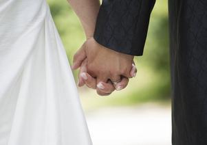 Får gifta par leva tillsammans? Informationen är tvetydig.