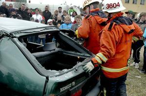 Så går det till. När motorn tagit eld och släckts visade brandmännen hur man klipper upp taket på en olycksbil.