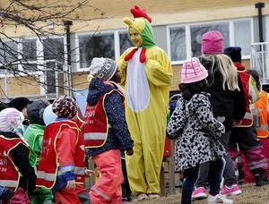 Glädjen var stor under invigningsfesten då bland annat någon form av fågel i större format dök upp på förskolan Lärkans gård.
