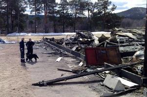En brandhärdshund sökte igenom området kring ishallen under fredagen.