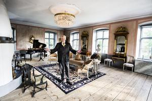 Speglarna med örnarna fanns redan på Saxå herrgård när Carl Jan Grankvist flyttade in. Soffan stod i hans  morfars salong när han var liten. Carl Jan har satsat på 1700- och 1800-talsstil här på Saxå herrgård, eftersom herrgården är från just det sekelskiftet.