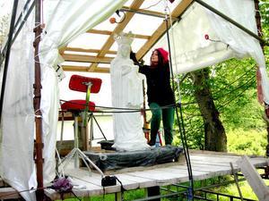 Delsbokonstnären Diana Andersson arbetar med madonnaskulpturen. Den står på en uppbyggd ateljé i hennes trädgård för att lättare kunna flyttas till ett lastbilsflak för transport till Bollnäs.