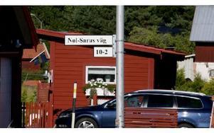 """Mars 2007 Nol-Saras väg, nytt område i Skräddarbackens by: I namnförslaget nämndes Nol-Sara som bodde i en jordkoja invid ett stort stenblock som finns vid stigen mellan det nya området och """"gamla byn"""". Därav har gatan fått sitt namn. Samtidigt döptes Skräddarbackens byväg. Den vägen går från Mats Knuts väg genom byn till Riksväg 50. Foto: Johnny Fredborg"""
