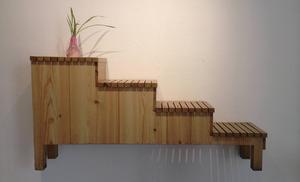 Iscensättningen av entrén binder ihop form och historia. Här en entrémöbel för växter.