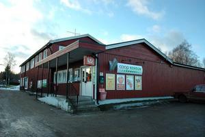 RÄDDAD. När macken i Åmot försvann var många oroliga för att det också skulle gå ut över Konsumbutiken. Men nu invigs en ny mack på orten och kanske ser framtiden därmed ljusare ut också för matbutiken.