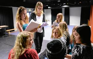 Tränar. Teatergruppen jobbar med en pjäs och tränar repliker tillsammans med teaterpedagogen Anna-Li Nilsson.