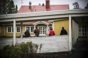 Asylsökande flyktingar berättar om missär på boendet i Föllinge.