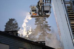 Omfattande räddningsarbete. Släckningsarbetet pågick fortfarande långt in på fredagen. Mest var det små glödbränder på taket som släktes.