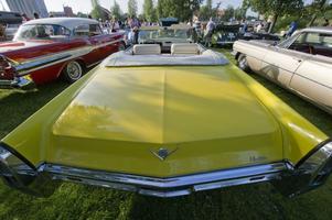 Lenna Karlsson gillar Betty Boop och kör en Cadillac deVille Convertible från 1965 tillsammans med sina nallar. Bilen är 507 centimeter lång och 203 centimeter bred.När det var tema tyska bilar fick man in 270 stycken på hamnområdet. När det är amerikanska kommer man inte ens upp i 200. Inte så konstigt med tanke på hur långa och breda amerikanare kan vara.