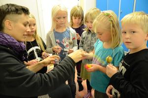 Skapande fantasi. Tillsammans med Erika Modén, danslärare på Kulturskolan, skapar barnen sin egen ullboll. Kulturverkstaden ska ge nya impulser till barnen.